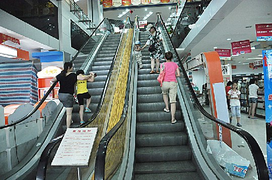 一家商场内的手扶电梯停止使用 商场手扶电梯效果图地下商