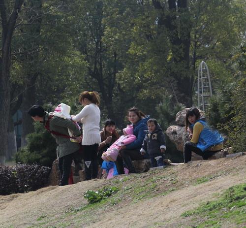 宜城/3月9日,阳光灿烂。趁着周末,人们纷纷走出家门,享受春日阳光...