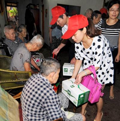 志愿者关爱老人图片